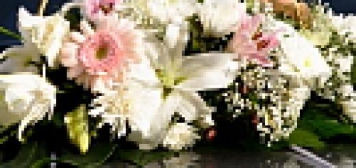 Kāzu fotogrāfs - ziedi uz auto
