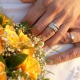 Laulību gredzeni un līgavas pušķis