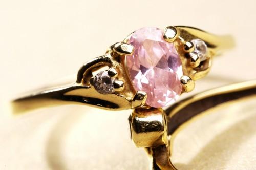Saderināšanās gredzens ar rozā dārgakmeni
